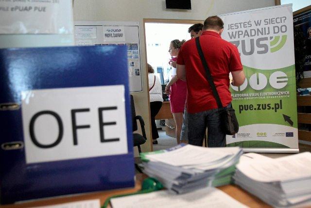 2,5 mln Polaków zadeklarowało dalsze oszczędzanie w OFE. Początek jest zniechęcający