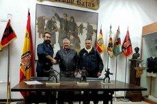 Udo Voigt (w środku) w muzeum hiszpańskiej Błękitnej Dywizji, która walczyła u bokuarmii niemieckiejnafroncie wschodnim