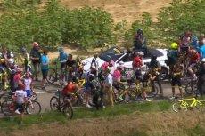 Francuscy rolnicy zablokowali trasę wyścigu Tour de France, więc kolarzom nie pozostało nic innego, jak zsiąść z rowerów i poczekać.