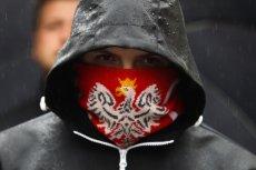 Zrywanie europejskich flag to zorganizowana akcja Młodzieży Wszechpolskiej. Na zdjęciu – uczestnik kontrmanifestacji narodowców podczas Marszu Równości w Krakowie.