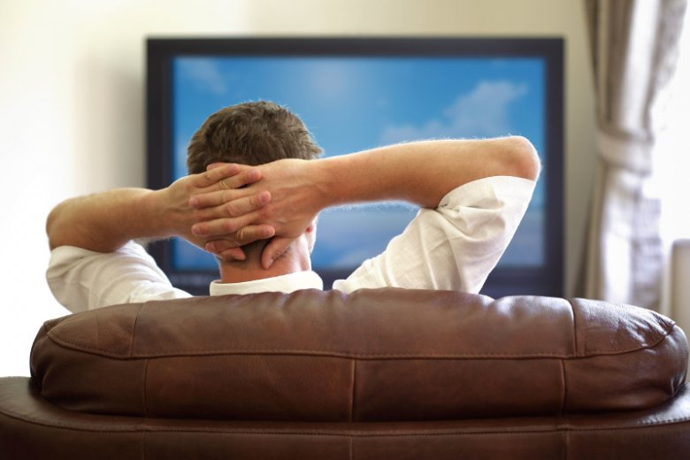 Cena ubezpieczenia mieszkania rośnie, jeśli zdecydujemy się ubezpieczyć ruchomości domowe, do których zalicza się m.in. telewizor, komputer itp.
