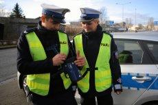 Policja ma prawo odebrać prawo jazdy i dowód rejestracyjny przy odmowie przyjęcia mandatu przez kierowcę.