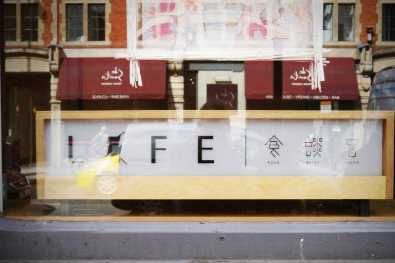 Life - za dnia działa jako japońska restauracja, wieczorami Gosia, Monika i Michał przychodzą tu na drinka. Za dekami staje DJ - kolega z biura Zaha Hadid Architects