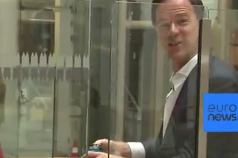 Premier Holandii Mark Rutte postanowił wziąć sprawę w swoje ręce, po tym jak wylała mu się kawa.