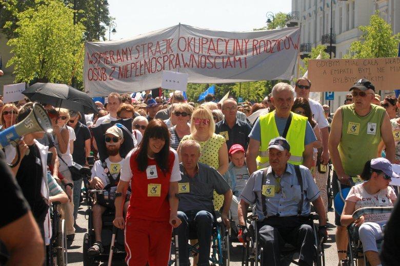 Marsz solidarnych z protestującymi opiekunami osób niepełnosprawnych w Warszawie