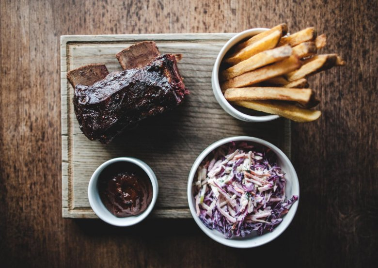 Zjedz mięsko, zostaw ziemniaczki? Nie, zjedz wszystko, albo zamawiaj mniej