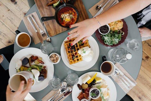 Bufety śniadaniowe podbijają Facebooka. Amerykańskie, indyjskie, francuskie - zastąpią targi śniadaniowe dla hipsterów?