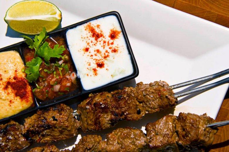 Kebab to porcja protein. Jeśli dodamy do niego warzywne pasty i sałatki, mamy zdrowe jedzenie zamiast fastfoodu!