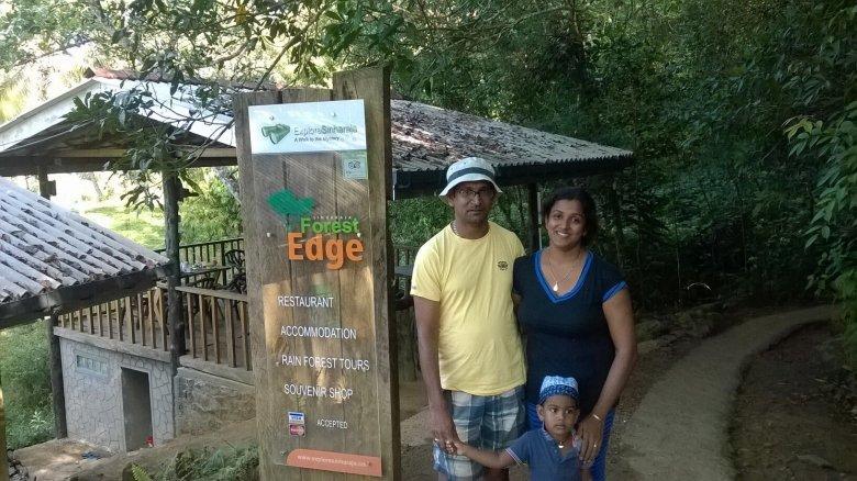 Gajani i Prasad Jagoda z synkiem Onetem przed wejściem do prowadzonego przez siebie Guest House Singharaja Forest Edge, na skraju dżungli. Sri Lanka