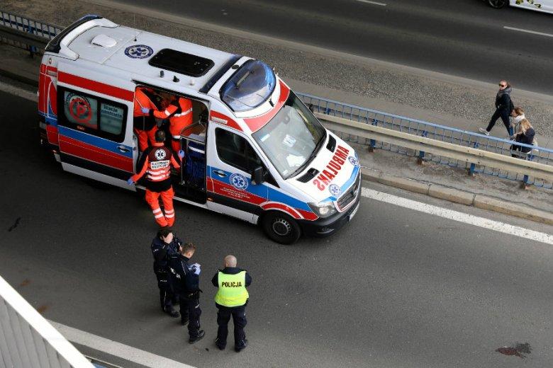 Matka 49-latki, śmiertelnie potrąconej w wypadku samochodym, w nocy wyskoczyła z okna bloku na warszawskim Bemowie.
