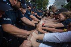 Pod Sejmem w ubiegłym tygodniu działy się dantejskie sceny. Jedną z nich nagłośnił poseł Szczerba. Teraz policja i MSW grożą mu prawnikami.