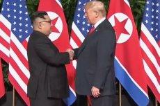 Historyczny uścisk dłoni przywódcy Korei Pólnocnej i prezydenta USA.