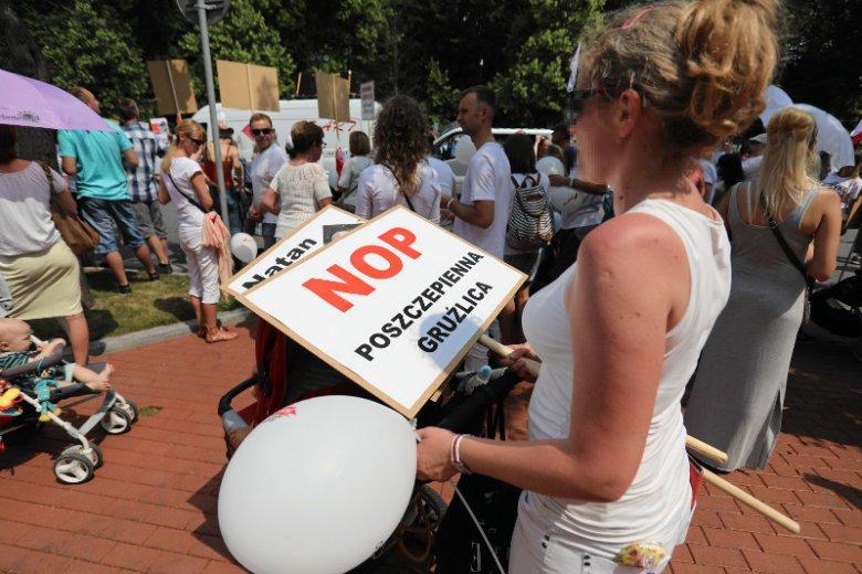 Międzynarodowy marsz przeciwników przymusowego szczepienia.