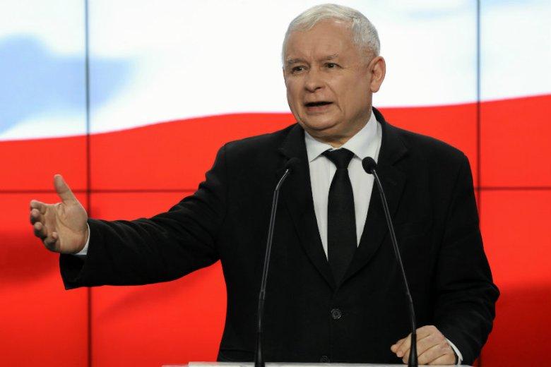 Dziennikarze pytają Jarosława Kaczyńskiego, czy zrezygnuje z prywatnej ochrony i emerytury w kontekście jego deklaracji o planowanej obniżce wynagrodzeń dla parlamentarzystów.