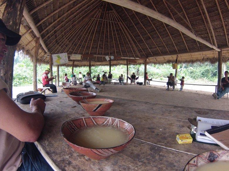 Ręcznie robione naczynia wypełnione chichą