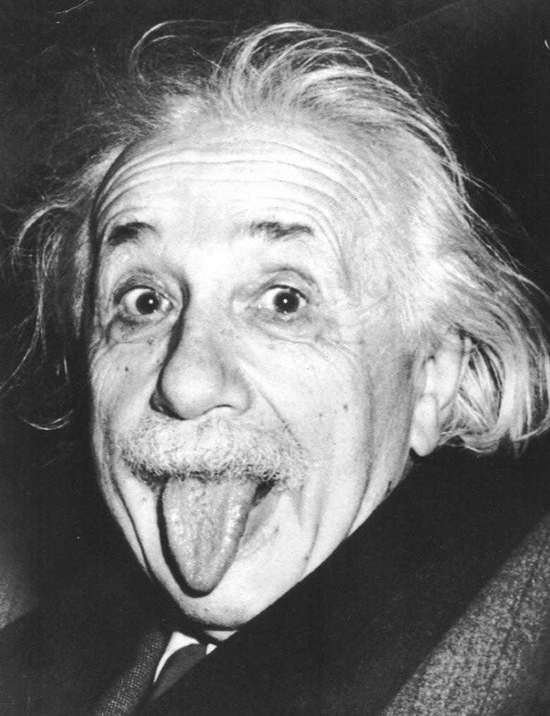 Zdjęcie Alberta Einsteina wykonał Artur Sasse w 1951 roku, kiedy naukowiec opuszczał przyjęcie z okazji swoich 72. urodzin.