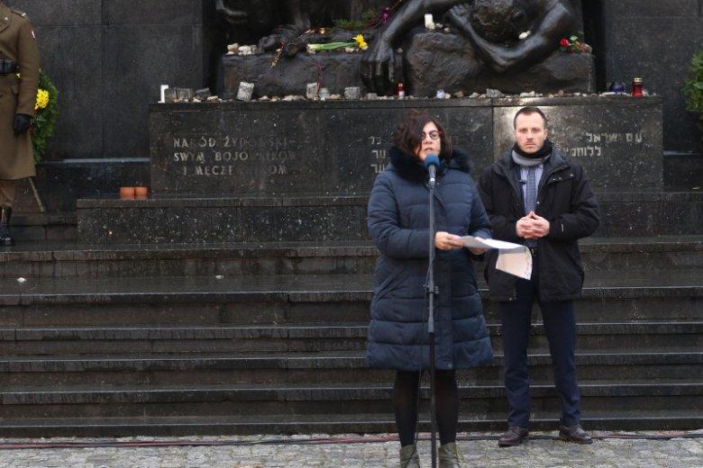 Ambasador Izraela w Polsce Anna Azari podczas obchodów Miedzynarodowego Dnia Pamięci o Ofiarach Holocaustu przed Pomnikiem Bohaterow Getta