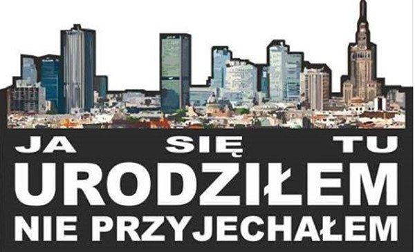 Takie nalepki można spotkać na samochodach z warszawskimi rejestracjami.