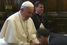 Papież Franciszek nie dał się pocałować w pierścień. Watykan wyjaśnia, skąd takie zachowanie.