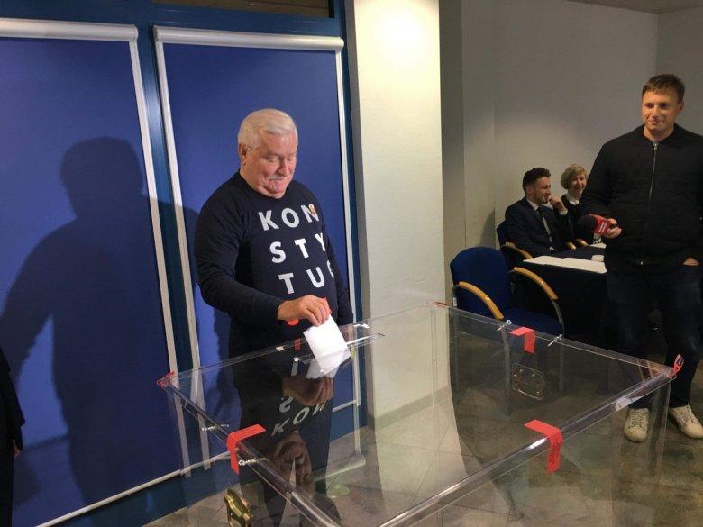 Lech Wałęsa oddaje głos w II turze wyborów samorządowych.