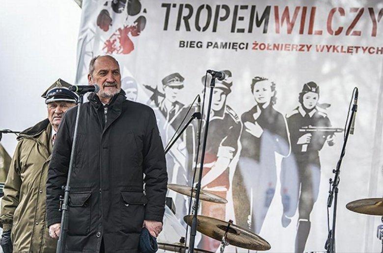 """Minister Antoni Macierewicz duża uwagę przywiązuje do obchodów """"dnia żołnierza wyklętego"""". Widać to po licznych wpisach na stronie MON-u."""