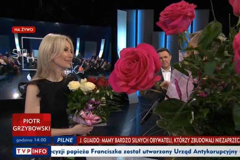 "Goście programu ""Studio Polska"" w TVP Info nagrodzili Magdalenę Ogórek kwiatami i oklaskami."