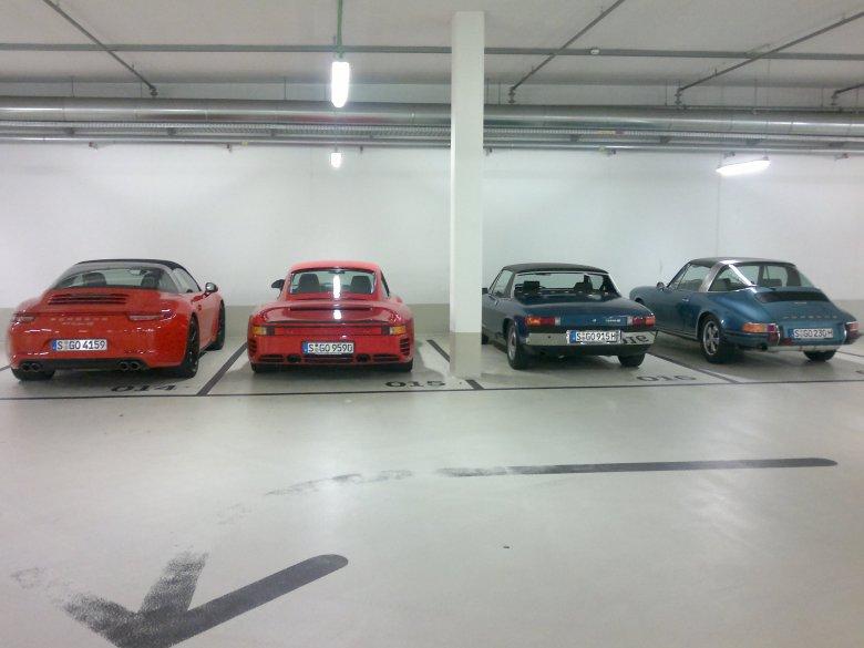 Na parkingu podziemnym Muzeum Porsche widać dokładnie prawdziwe rozmiary 959 w odniesieniu do innych samochodów.