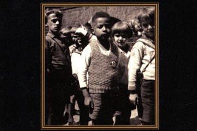 Hans Massaquoi w dzieciństwie. Na kamizelce widać swastykę, którą miała wyhaftować jego mama.