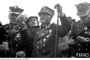 Weterani powstania styczniowego na budowie kopca im. marszałka Józefa Piłsudskiego na Sowińcu w Krakowie, 1936 rok.