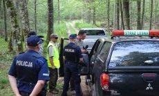 Dziennikarz TVN Piotr Czaba w Puszczy Białowieskiej negocjuje ze strażą leśną i policją