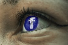 Filmików z Facebooka nie da się ot tak pobrać, ale są na to proste sposoby