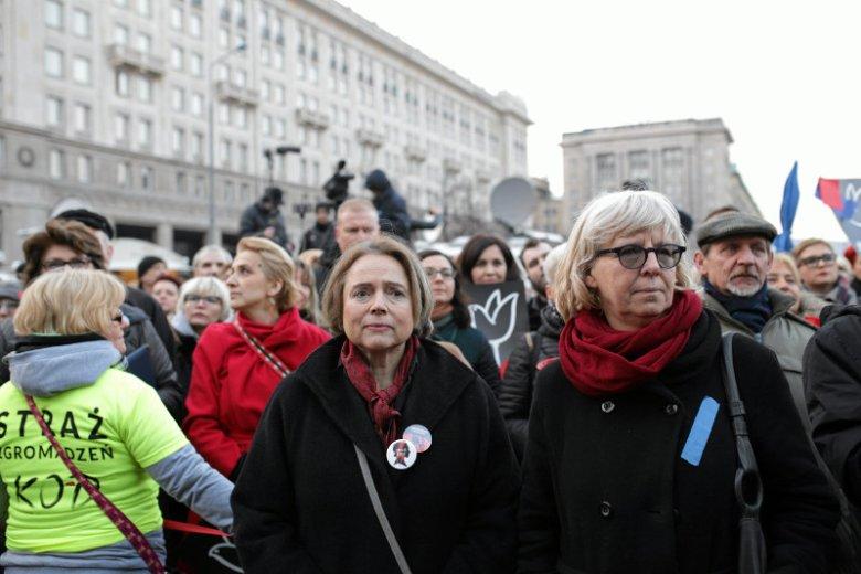 Urszula Nowakowska, dyrektorka Centrum Praw Kobiet (po prawej) u boku Wandy Nowickiej, przewodniczącej Federacji na rzecz Kobiet i Planowania Rodziny na marszu z okazji Dnia Kobiet.