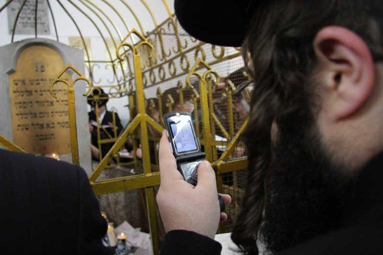 Pielgrzymka Chasydów do grobu Cedyka Elimelecha w Leżajsku.