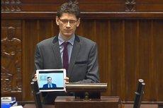 Niezrzeszony poseł Jarosław Gromadzki nie chciał zejść z mównicy, na której mówił o fałszerstwach wyborczych. Odtworzył też posłom wystąpienie  Zbigniewa Stonogi