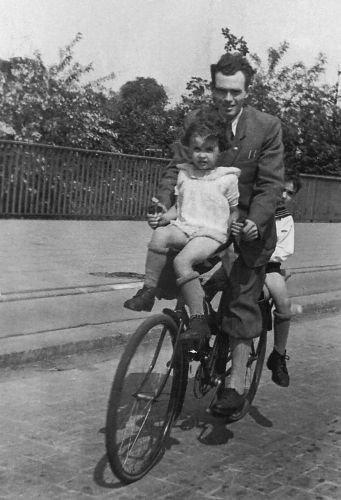 Przejażdżka rowerowa z ojcem i starszym bratem Jureczkiem, Wrocław, lata czterdzieste XX w