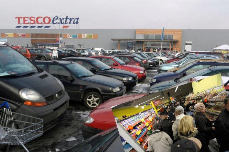 Polacy tłumnie ruszają do sklepów dzień przed świętem. Aż zbyt tłumnie i zbyt gwałtownie.