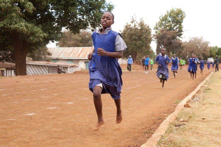 Kenijskie dziewczęta na sportowych zajęciach