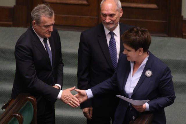 Premier Beata Szydlo, Antoni Macierewicz i Piotr Gliński  podczas debaty na temat wniosku PO