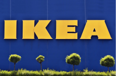 Ikea zbija interes na uchodźcach i migrantach.