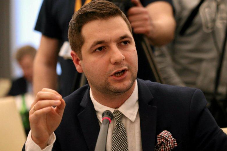 Patryk Jaki powiedział w Polskim Radiu, że Zbigniew Ziobro wszczął postępowanie ws. Tomasza Komendy, który spędził w więzieniu 18 lat, niesłusznie oskarżony o gwałt i zabójstwo.