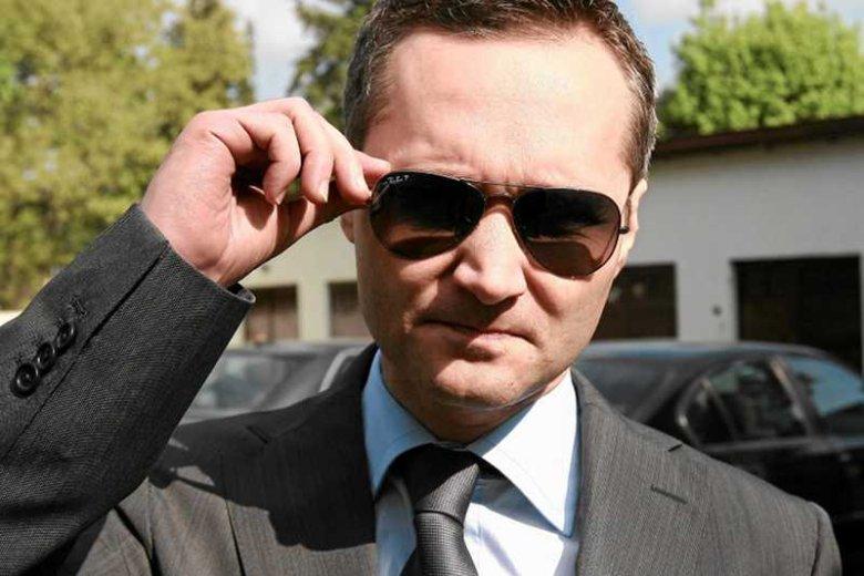 Jarosław Wałęsa przed prokuraturą w Sierpcu. W czasie rozprawy występował w charakterze oskarżyciela posiłkowego (zdj. z maja 2012)