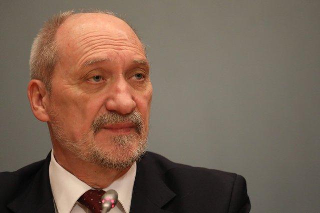 """""""SE"""" twierdzi, że premier Szydło przyznała szefowi MON ponad 30 tys. zł nagrody."""