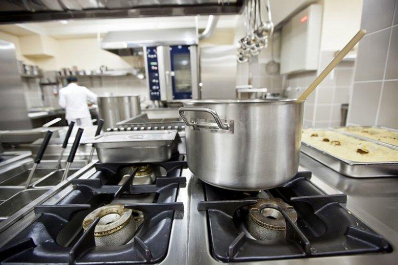 W Niemczech uchodźców chętnie zatrudnia się w m.in. w kuchniach. Samorządy kierują ich również do pracy przy utrzymaniu czystości, czy opiece nad dziećmi.