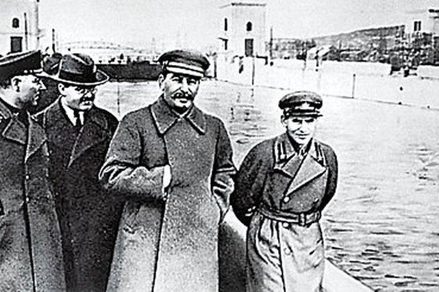 Woroszyłow, Mołotow, Stalin i Jeżow w przyjacielskiej pogawędce.