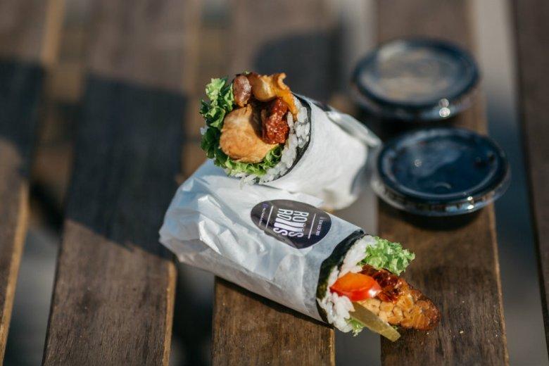 Sushi fusion prosto z food trucka. Obok tradycyjnych glonów nori i ryżu w rollu znajdziemy między innymi smażony boczek czy ogórek kiszony. Dla odważnych.