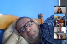 Michał Grześ na zdalnym posiedzeniu komisji oświaty i wychowania leżał w łóżku pod kołdrą.