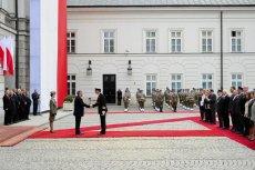 Obchody Święta Flagi przed Pałacem Prezydenckim w 2014 roku, za czasów Bronisława Komorowskiego.