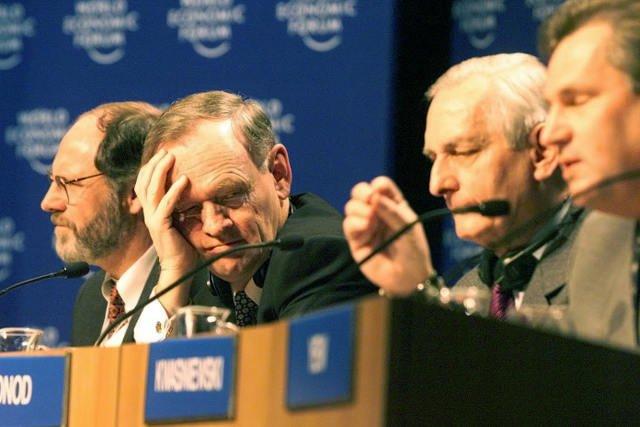 Premier Kanady Jean Chrétien wsłuchuje się w przemowę prezydenta Aleksandra Kwaśniewskiego (Davos 1999 r.)
