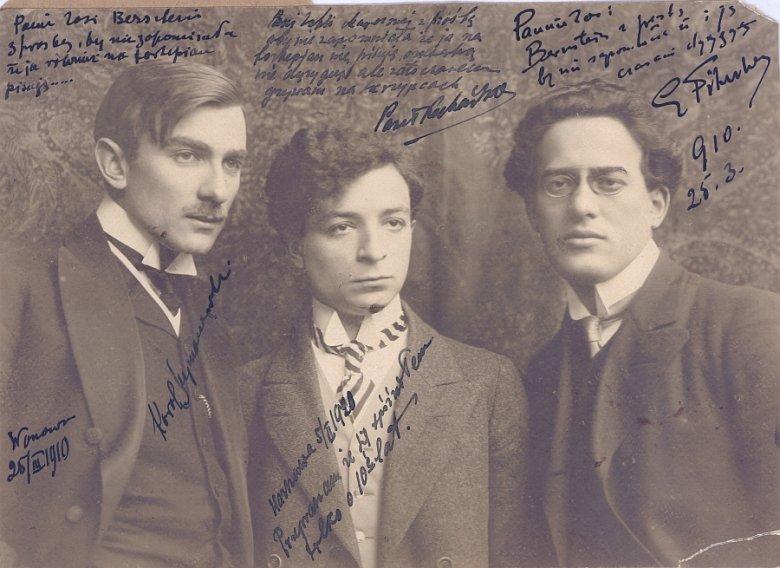 Karol Szymanowski, Paweł Kochański, Grzegorz Fitelberg, 1910 (Zdjęcie z dedykacjami dla Zofii Bernstein-Meyer. Ze zbiorów Igora Strojeckiego.)