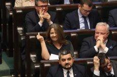Jest nagranie pokazujące wulgarny gest posłanki PiS Joanny Lichockiej po głosowaniu, w którym przepadła szansa, by dodatkowe 2 mld zł trafiły nie do TVP, a na leczenie raka.